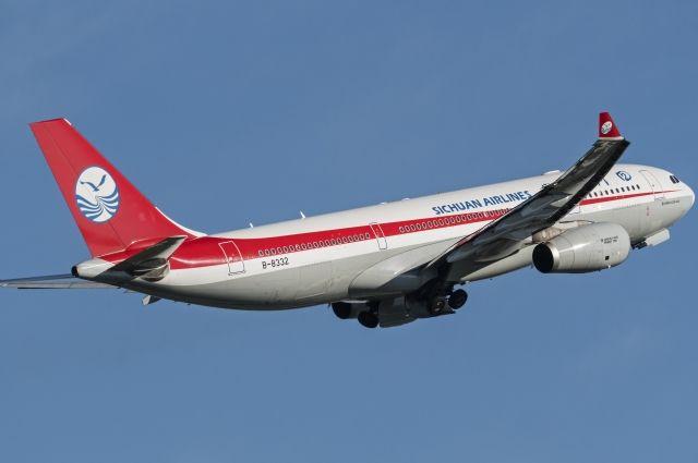 ВКитайской республике  самолет экстренно сел из-за разбившегося стекла