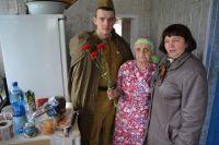 Курьеры в военной форме посетили ветеранов.