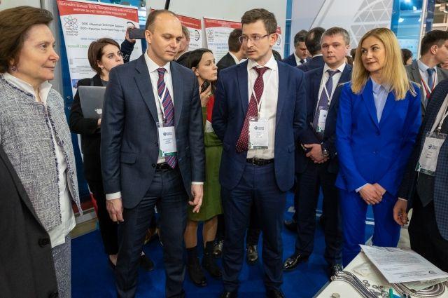 Губернатор Югры Наталья Комарова и заместитель министра промышленности и торговли РФ Алексей Беспрозванных посетили стенд предприятия.