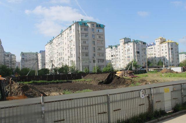 За этим забором в Краснодаре планировалось построить детский сад.