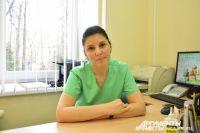 Врач-невролог Анна Максименко и профессор педиатрии Мадридского автономного университета Самуэль Игнасио Паскуаль Паскуаль проводят ботулинотерапию.