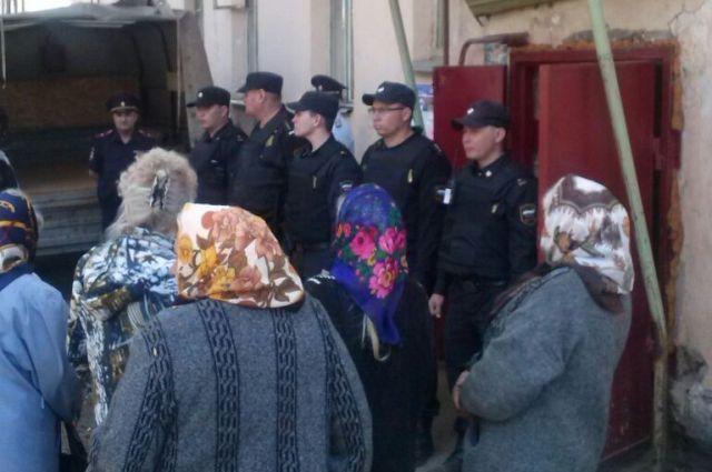 Приставы и полиция встали стеной и не пустили жильцов обратно в дом.