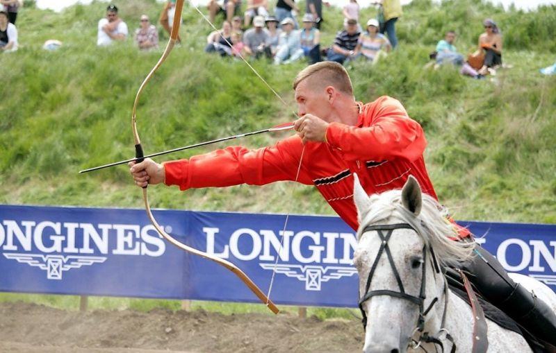 Во время праздника казаки демонстрировали чудеса джигитовки, головокружительные трюки, стреляли из лука, выявляли лучшего среди фехтовальщиков шашкой.