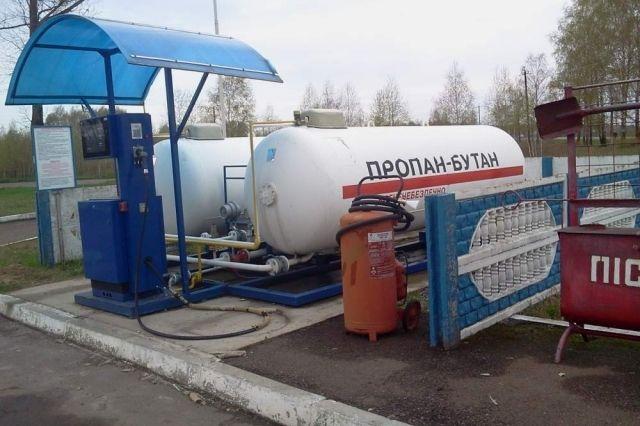 В Киеве автомобилист врезался в газовую колонку на заправочной станции