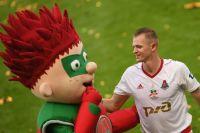 Игрок ФК «Локомотив» Дмитрий Тарасов радуется победе в чемпионате России по футболу.