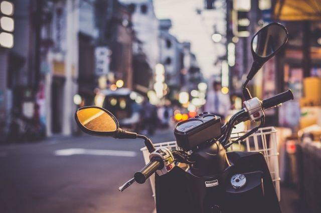 В Сорочинском округе пьяный юноша на мотоцикле врезался в дорожный знак.