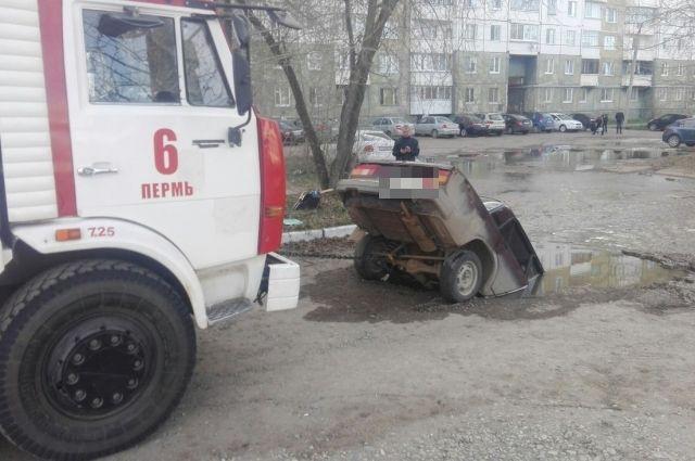 Сотрудники МЧС вытащили автомобиль из провала за трос