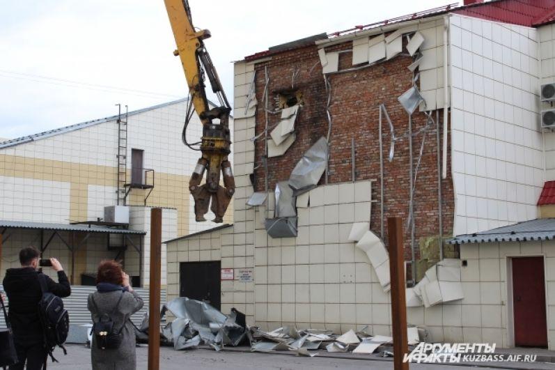 Демонтаж начали со здания бани, чтобы расчистить площадку для сноса основного здания ТЦ.