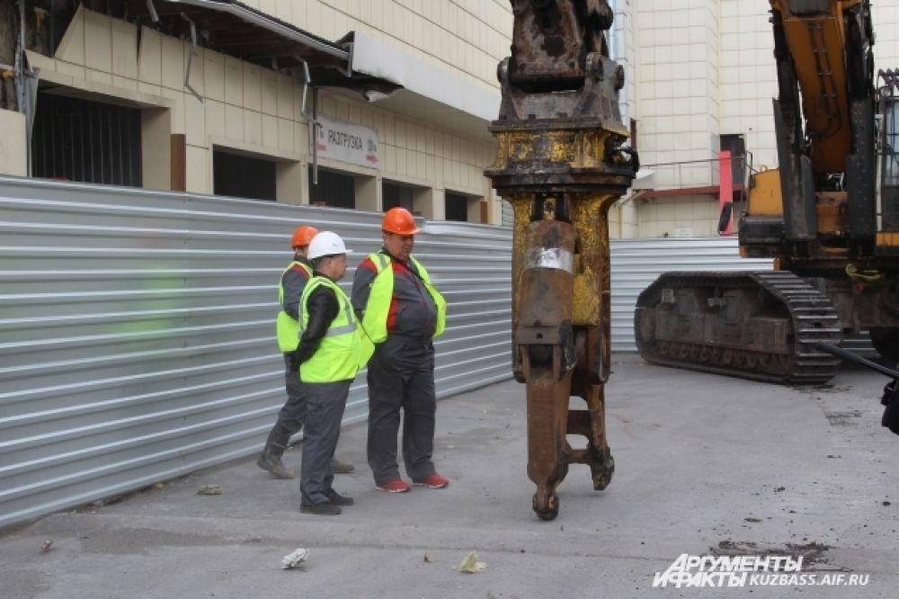 Работы по сносу здания разделены на несколько этапов. В первую очередь со зданий снимут облицовку, далее перейдут к демонтажу перекрытий.