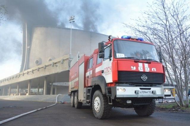 Четыре часа спасатели боролись за Дворец спорта.