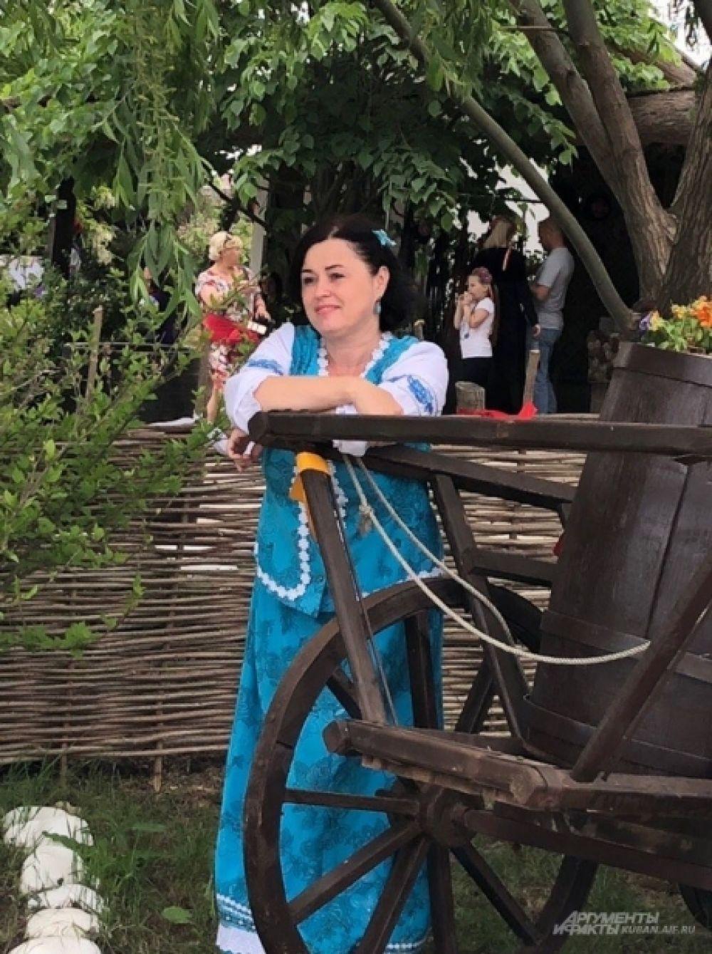 Казачки встречают гостей у подворий «Атамани» в традиционных костюмах.