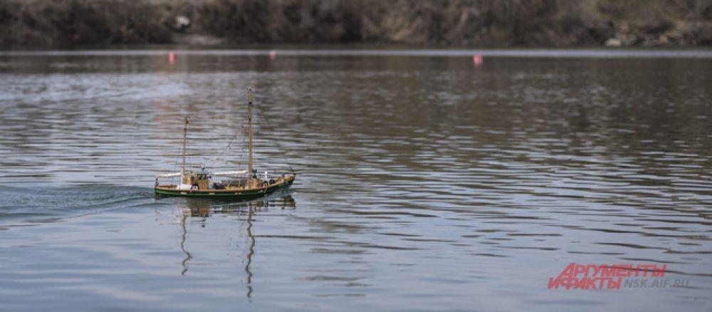 Во время выступления моделей на воде устанавливается дистанция на водоеме, состоящая из нескольких ворот, которые нужно пройти в определенной последовательности. При этом спортсмены находятся на специально установленных мостиках