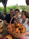 В подворьях встречают отдыхающих с размахом. Руководители СМИ Кубани угощают гостей пирогами.
