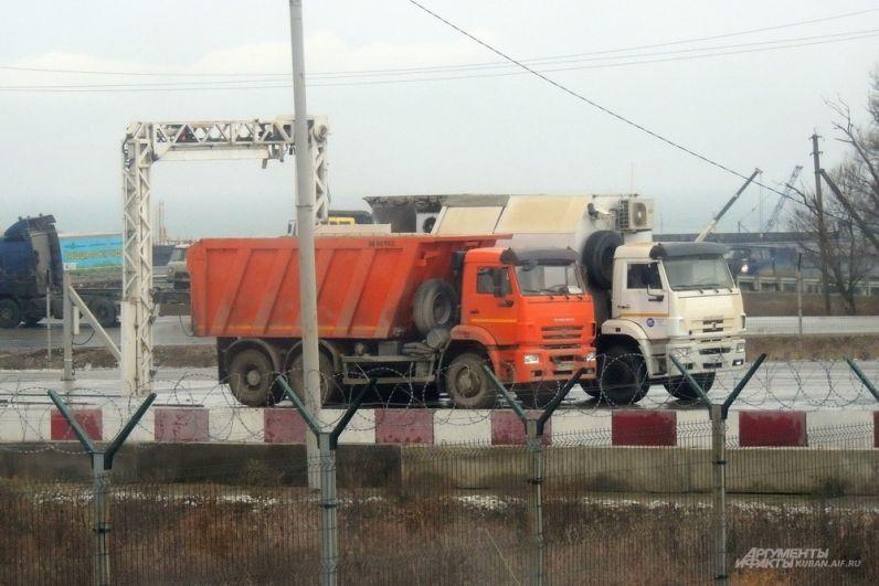 В целях безопасности весь транспорт перед въездом на стройку проверялся мобильным инспекционным досмотровым комплексом. 4 декабря 2017 года.