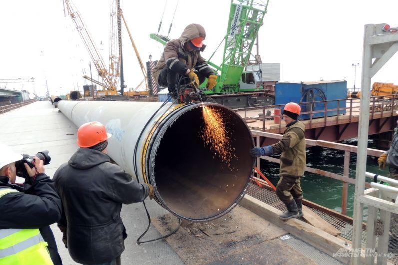 Рабочие готовят одну из трубчатых свай. 13 марта 2017 года.