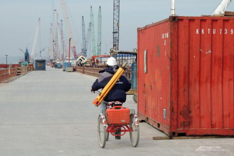 Инженер-строитель едет по технологическому мосту, возведённому для доставки людей и грузов. 13 марта 2017 года.