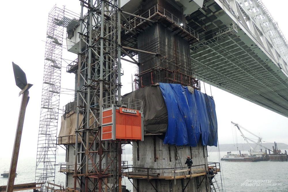 Лифт для подъёма строителей на арки. 4 декабря 2017 года.