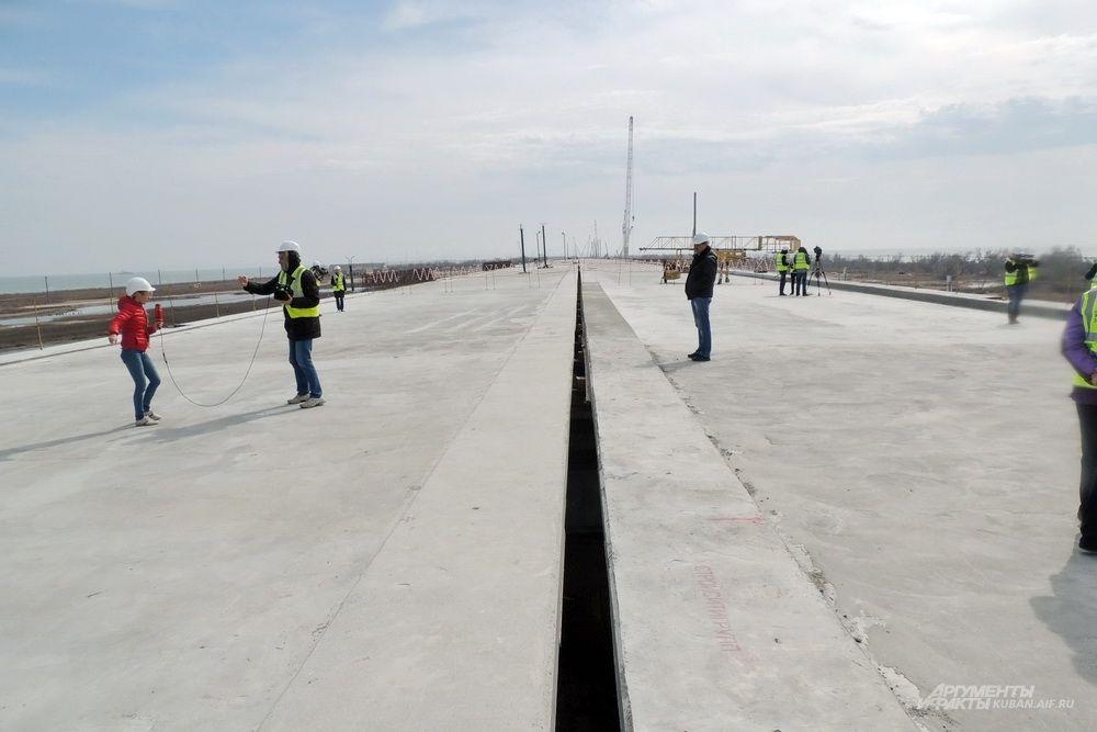 На острове Тузла появились самые первые метры бетонного основания будущей дороги. 13 марта 2017 года.
