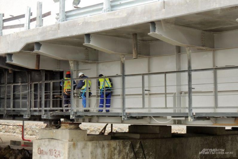 Строители работают под полотном Крымского моста. 23 марта 2018 года.