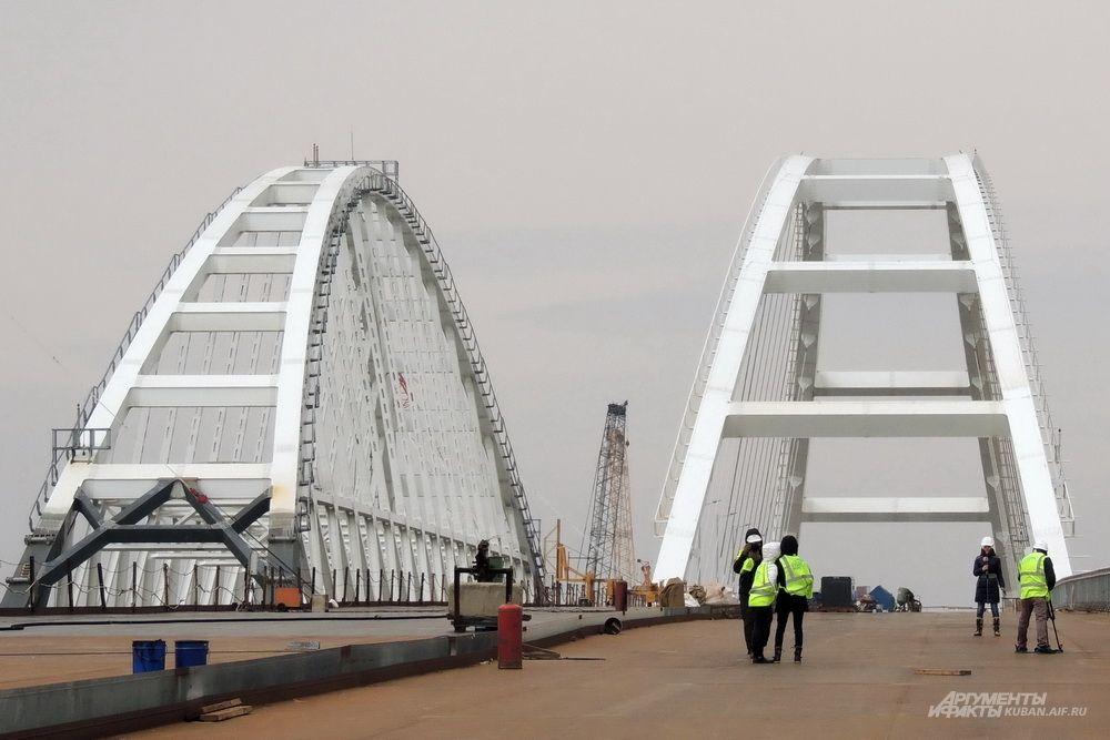 Журналисты записывают видео на фоне судоходных арок моста. 23 марта 2018 года.