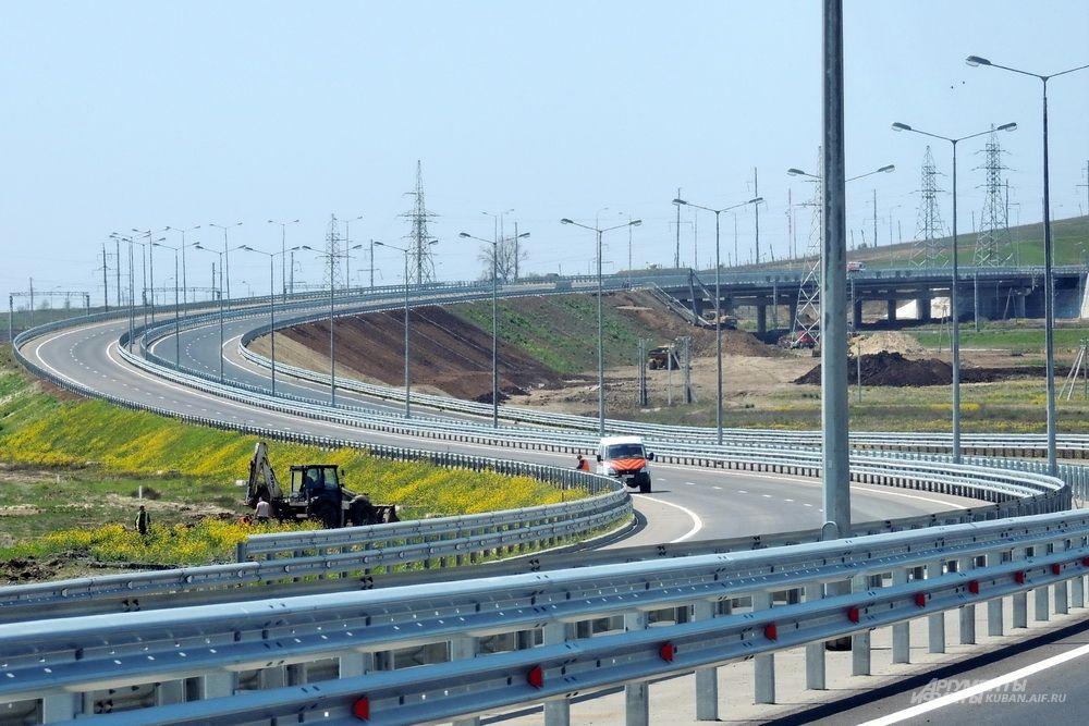 Завершение работ на автодорожном подходе к мосту. 26 апреля 2018 года.