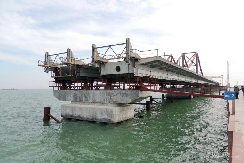 Прошлой весной Крымский мост только начинал приобретать свои очертания. 13 марта 2017 года.