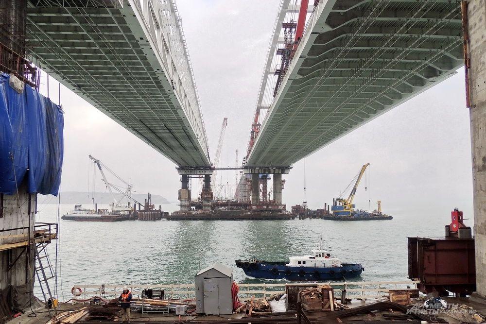 Судоходные арки над Керчь-Еникальским каналом. 4 декабря 2017 года.