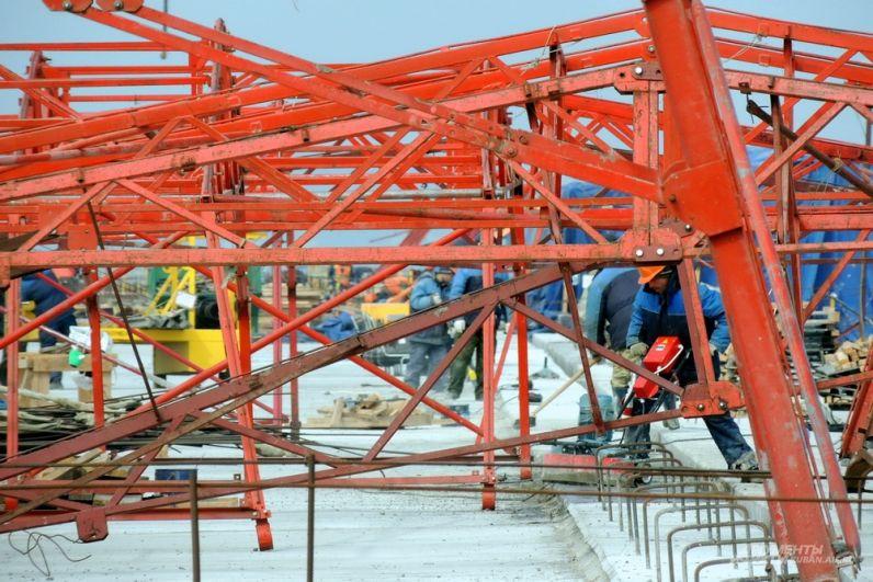 Для обустройства каждого метра мостового полотна использовались тонны металлоконструкций. 13 марта 2017 года.