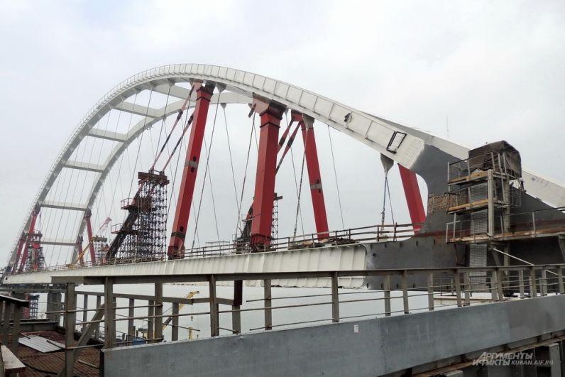 Автомобильная арка Крымского моста. 4 декабря 2017 года.