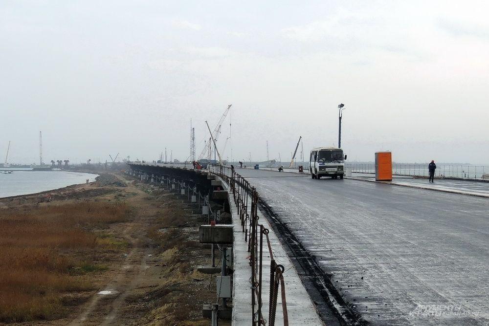 В конце прошлого года по многим участкам моста уже вовсю колесил строительный транспорт. 4 декабря 2017 года.