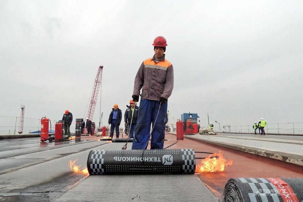 Процесс гидроизоляции мостового полотна. 4 декабря 2017 года.