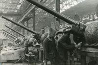 Пока одни самоотверженно трудились на военных предприятиях, другие брали взятки продуктами