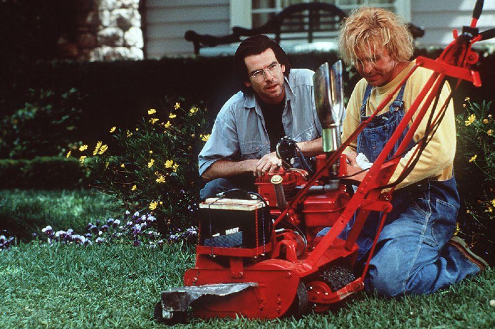 Броснан приобрел популярность после съемок в американских телесериалах «Семья Мэнион в поисках счастья» (1981) и «Ремингтон Стил» (1982). Актера заметили, и в начале 90-х он снялся в фантастическом фильме Бретта Леонарда «Газонокосильщик» (1992) в роли доктора Лоуренса Анджело.