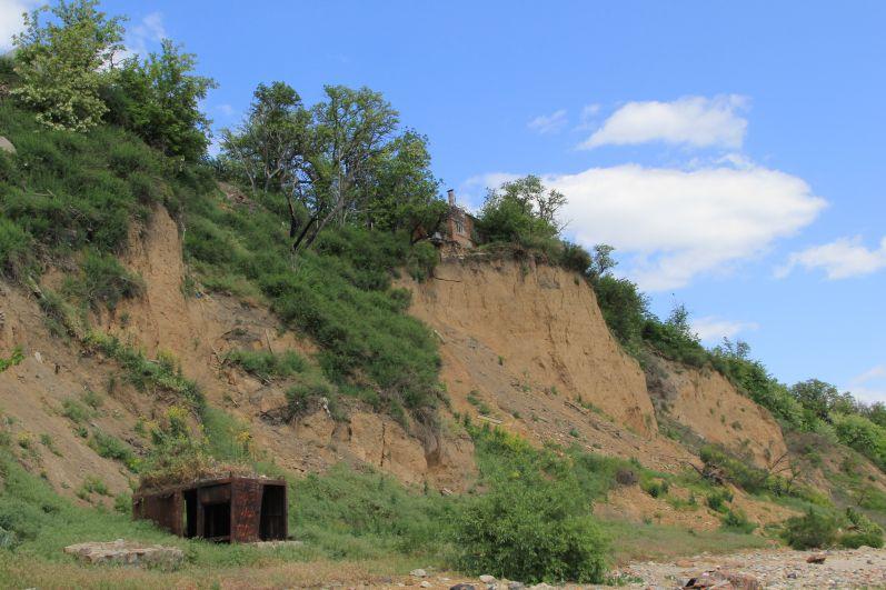 Спускаемся вниз, на побережье. Отсюда открывается вид на крутой склон, где люди живут, буквально, на краю земли. Многие отсюда переехали в безопасное место.