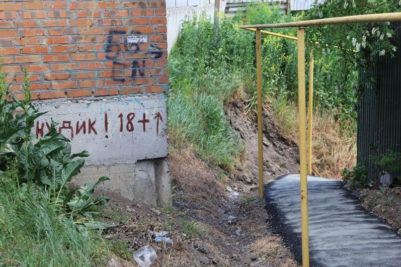 Мы поднялись к домам по улице Приморская, откуда уехали люди.