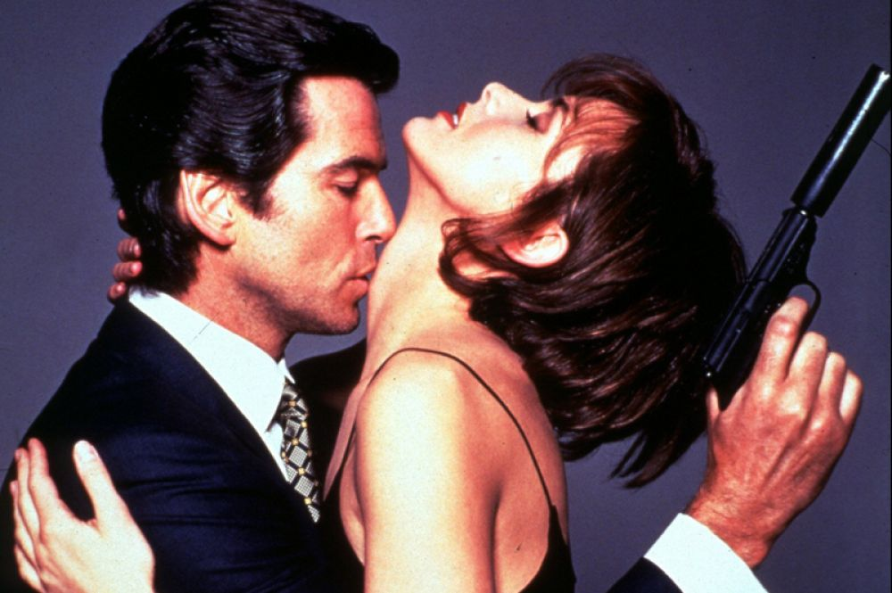 Еще в 80-х Броснан получил предложение сыграть Джеймса Бонда, когда от нее отказался Роджер Мур. Впервые он сыграл эту роль в фильме «Золотой глаз» (1995). Некоторые критики посчитали Броснана определенно лучше своего предшественника.