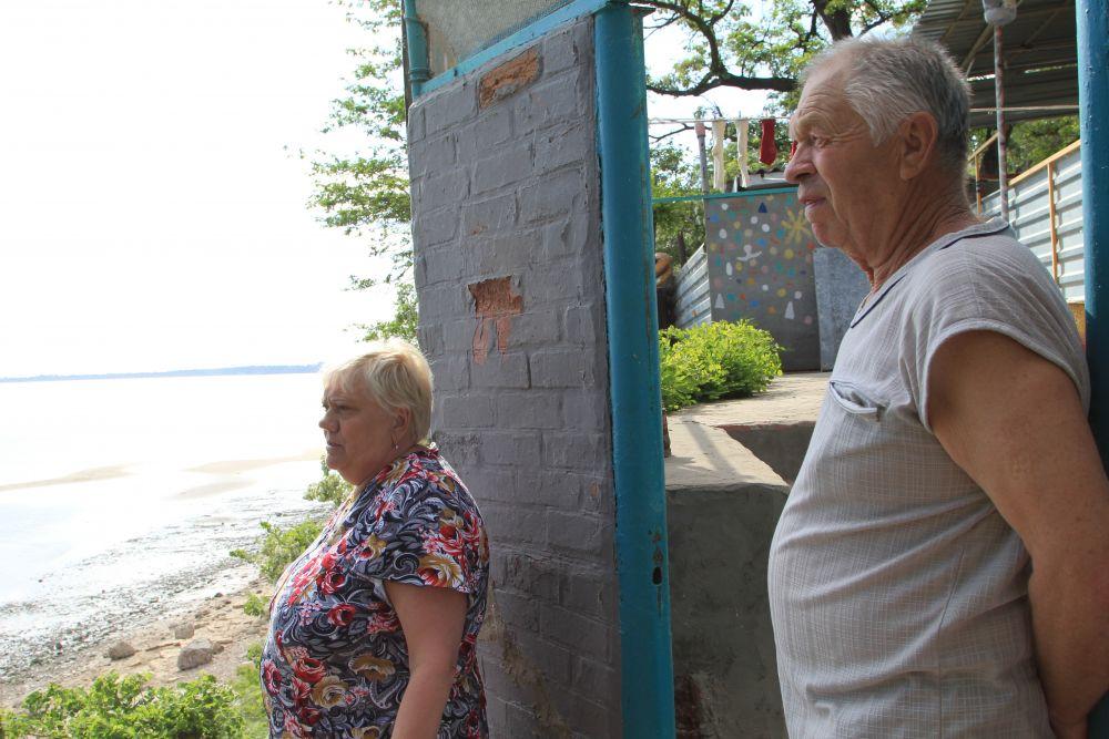У пенсионеров Ждановых в 2014 году в море ушла придомовая территория. Дом устоял,  супруги и сейчас здесь живут, они судятся в администрацией Таганрога за то, чтобы их отсюда переселили.