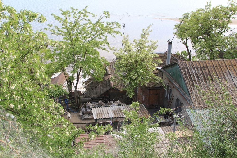 Жилые дома и брошенные, тут вперемежку.