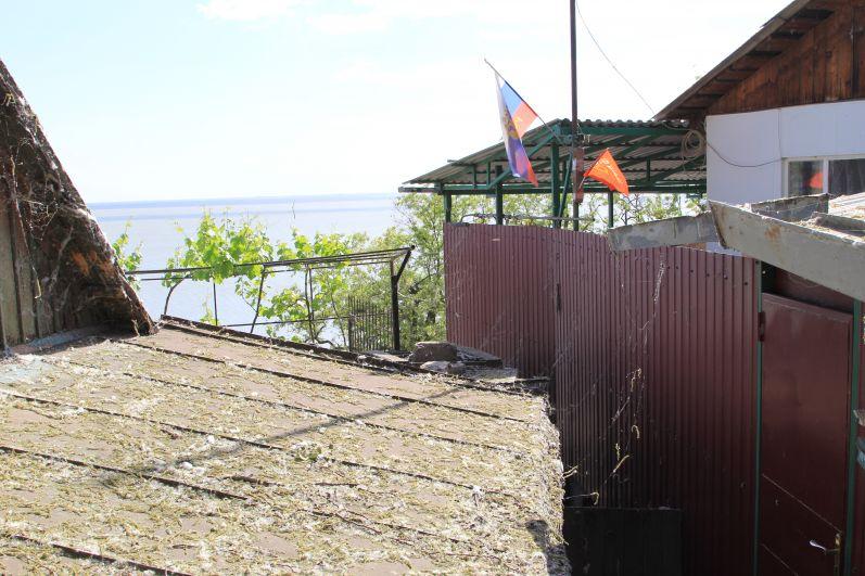 На тех домах, где висит флаг России - там живут люди. А вообще место это малолюдное. Так нам показалось.