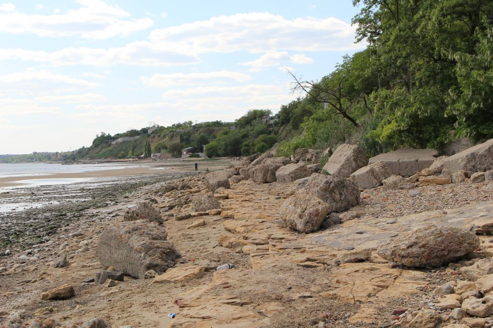 Каменные валуны - это остатки бетонной стены, которая защищала дома от разгула моря.