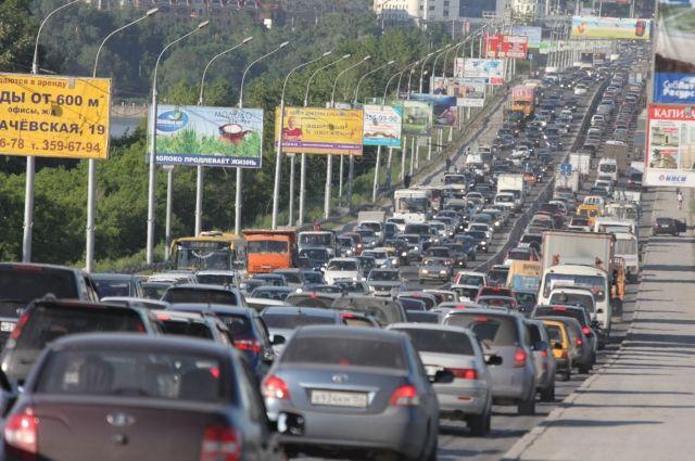 Пробки на дорогах Новосибирска - большая проблема.