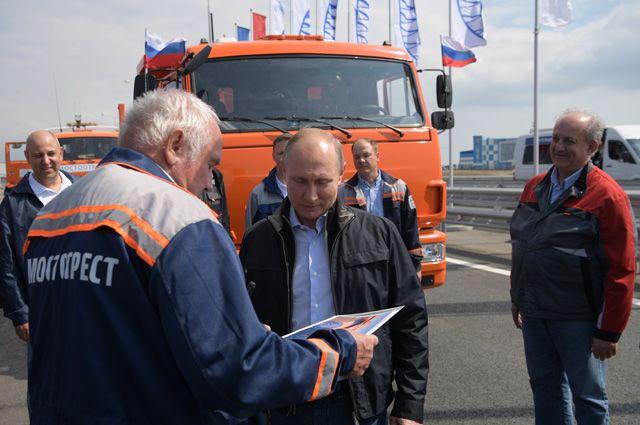 Владимир Путин во время торжественной церемонии открытия автодорожной части транспортного перехода через Керченский пролив.