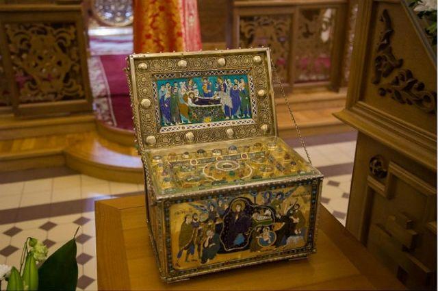 Ковчег с частицей Ризы Пресвятой Богородицы.