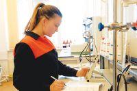 Сотрудники лабораторий контролируют качество воды, используемой в цикле станции.