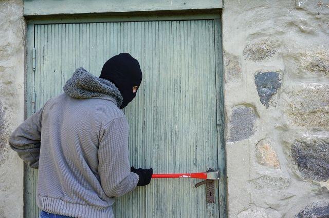 Повредив запорное устройство, грабители проникли в магазин.