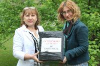 Дети уже заказали Галине Ивановне (слева на фото) приготовить с помощью выигранной мясорубки манты.