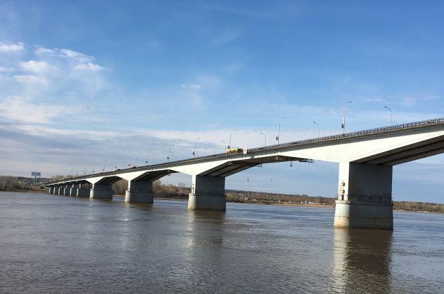 Одну из полос Коммунального моста в направлении из города откроют досрочно. Транспорт по ней пустят к 5 июня.