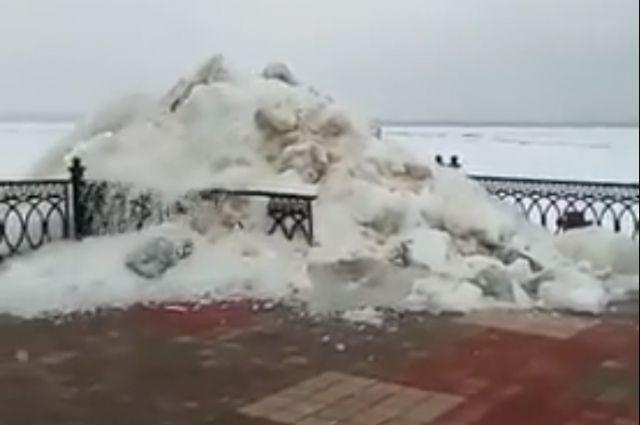 Инцидент сняли на видео очевидцы, наблюдавшие за ледоходом на Оби.