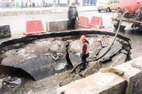 Огромная дыра, куда могли бы провалиться сразу несколько ГАЗелек, образовалась на улице Первомайской  недалеко от кинотеатра «Победа».