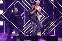 Во время номера на песню «Storm» на сцену «Алтис Арены» выбежал посторонний мужчина, отобрал у певицы микрофон и успел что-то прокричать.